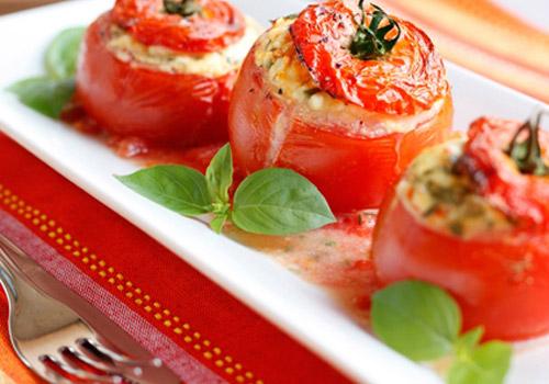 Pendir, göyərti və sarımsaqla pomidorlar. Əla qəlyanaltı
